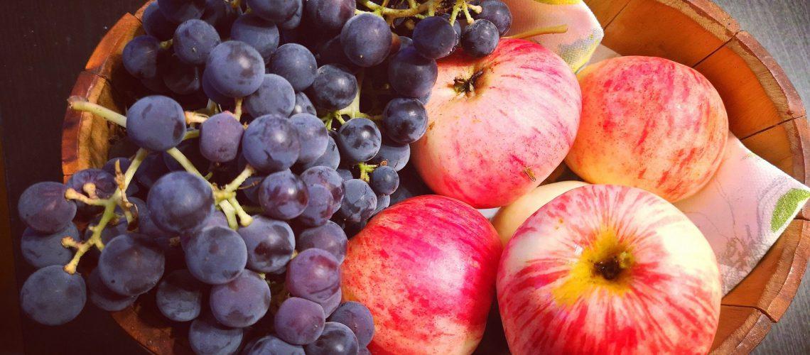 viinirypäleet ja omenat